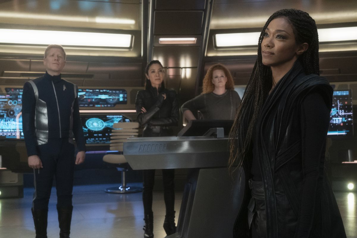 Anthony Rapp, Michelle Yeoh, Mary Wiseman, and Sonequa Martin-Green on the bridge of the Discovery in Star Trek: Discovery