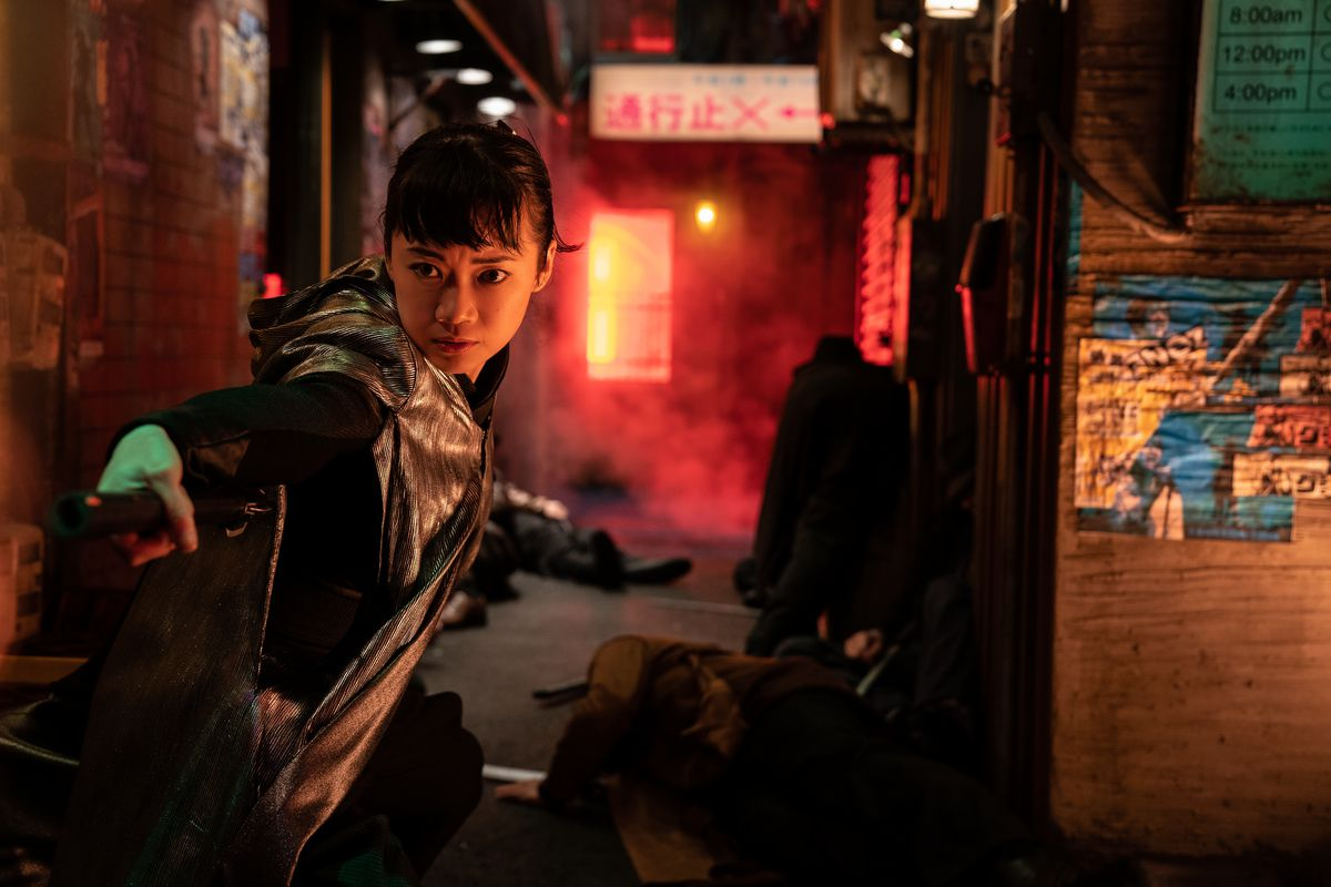 Akiko stands ready to take on foes in a red-lit alley in Snake Eyes